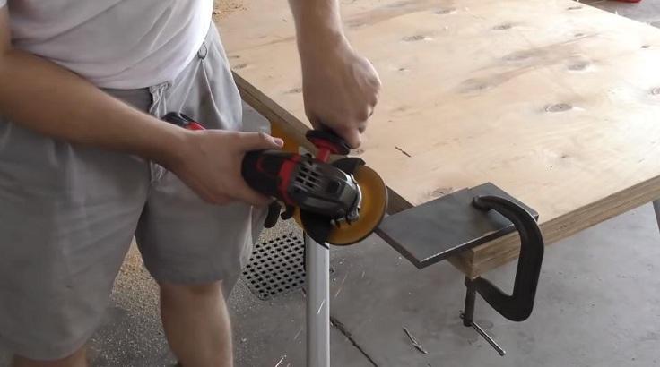 Инструмент имеет вес всего 1,8 кг, мощность составляет 380 ватт