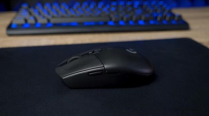 Удобнее всего держать мышку пальцевым хватом