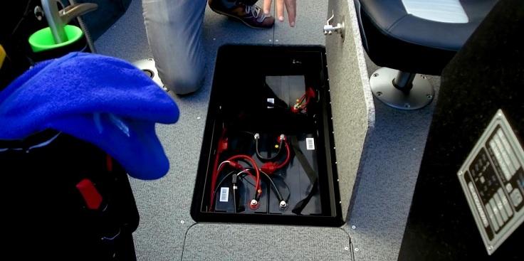 здесь две батареи для системы 24 вольт и дополнительная АКБ для двух картплоттеров