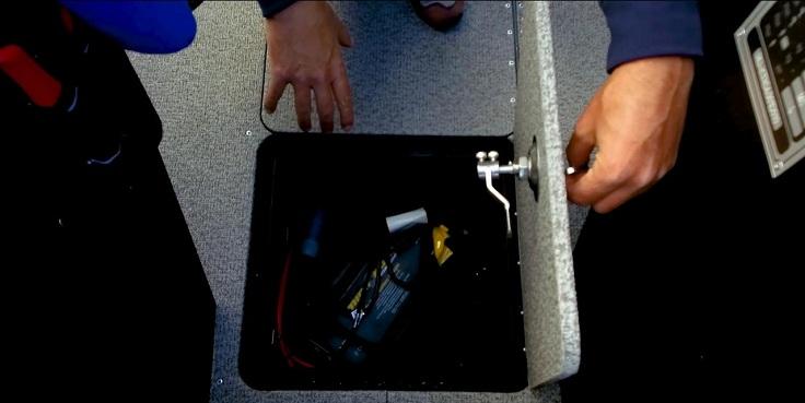 А здесь еще один рундук, в котором зарядное устройство