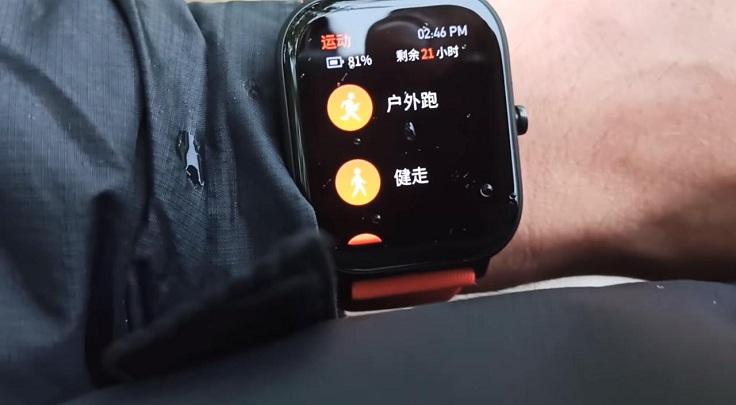 При беге экран активируется поворотом запястья. Либо кнопкой.