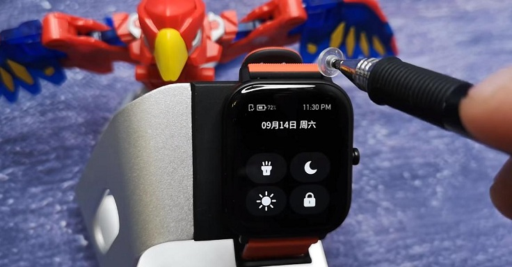 При свайпе вниз можно включить фонарик, изменить яркость экрана