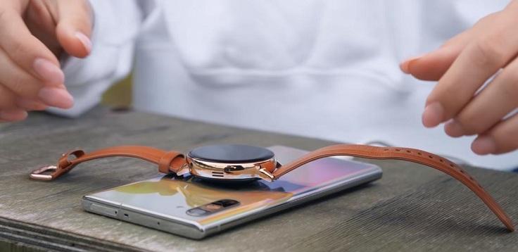 Зарядить часы можно от беспроводной зарядки или от смартфона