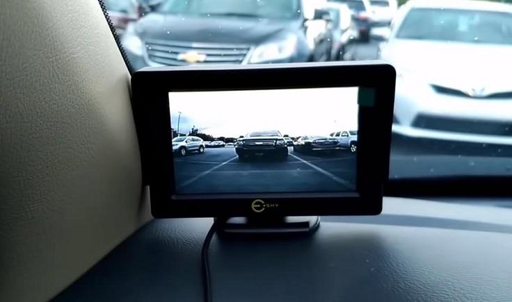 Изображение с камеры передается на цветной монитор по беспроводной связи