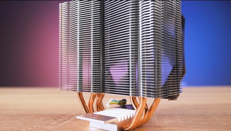 На 4 медные тепловые трубки диаметром 6 мм нанизаны 47 алюминиевых пластин