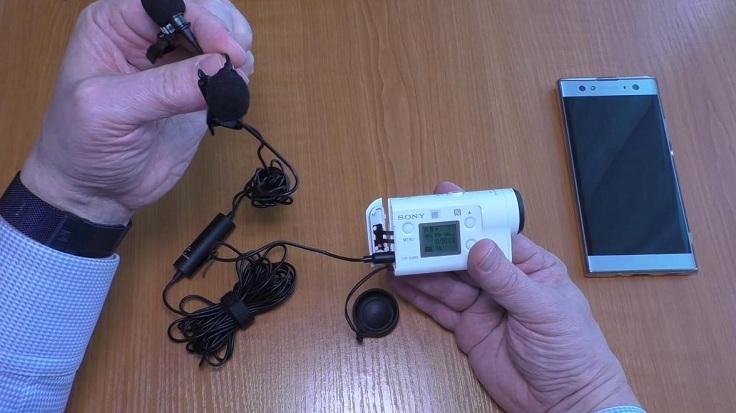 В случае записи на видеокамеру или экшен-камеру подключаем также в разъем