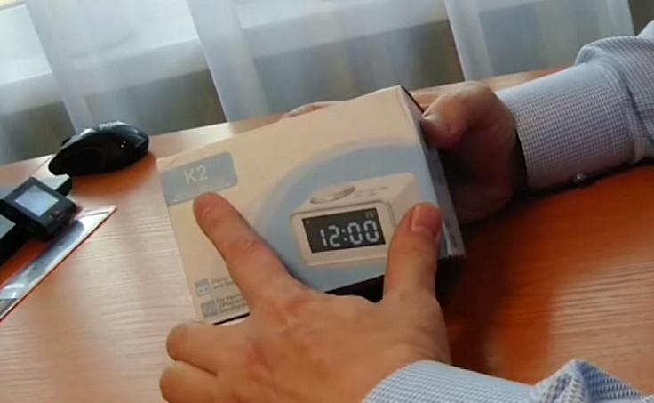 """В белой картонной коробке упакованные настольные часы модели """"K2"""""""