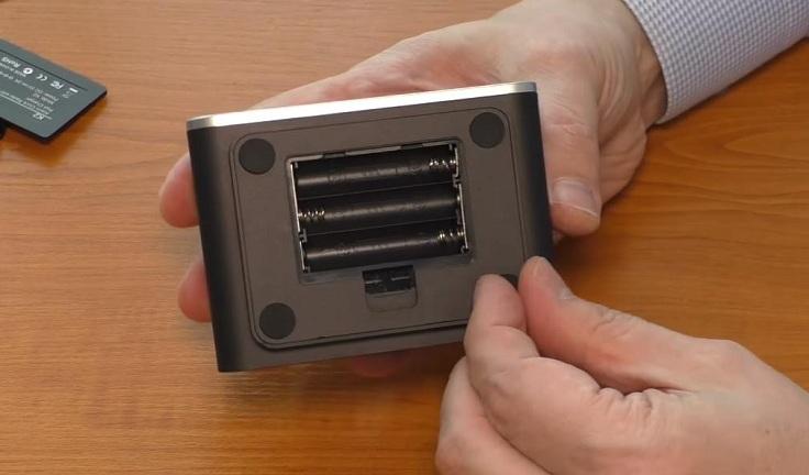 Снизу имеется батарейный отсек под 3 элемента типа AAA