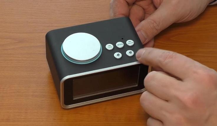 На верхней грани размещены 5 маленьких кнопок настройки 2-х будильников