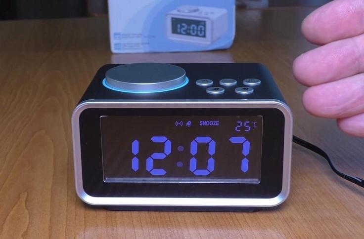 На индикаторе появится соответствующая надпись. Это отсрочка звучание будильника ещё на 10 минут