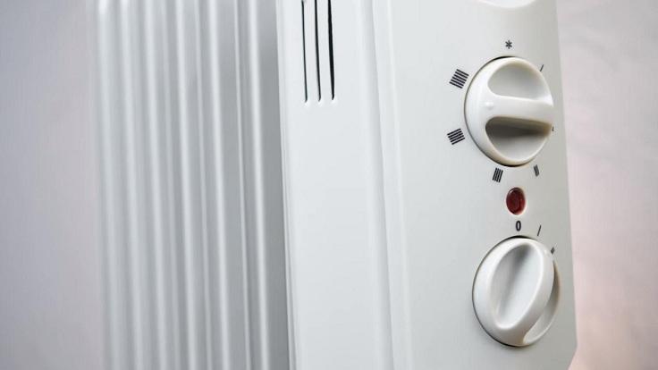 Сверху расположен терморегулятор, который отвечает за температуру нагрева обогревателя