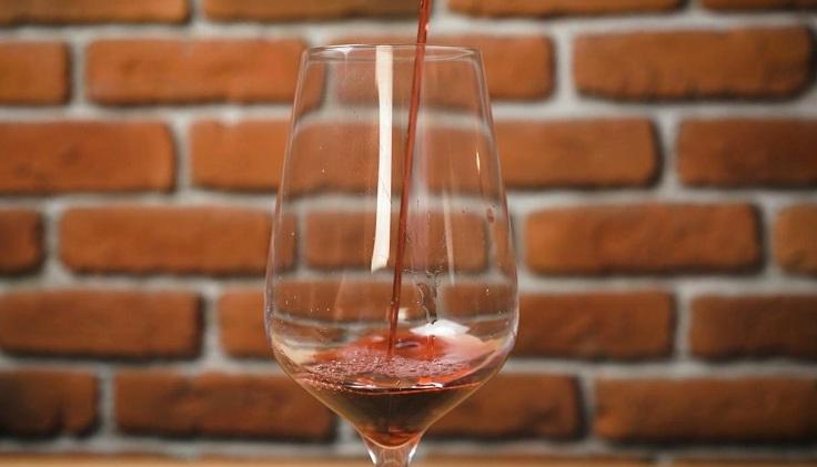 Застолья или романтические ужины редко обходятся без бокала вина