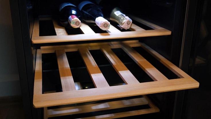 На неподвижность бутылок круто влияют полки, изготовленные из дерева