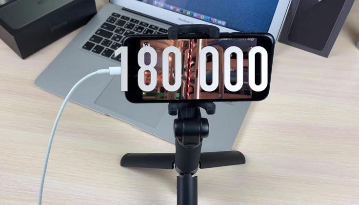в антуту айфон 7 на ios 13.3 бета набивает около 180 000 тысяч очков.