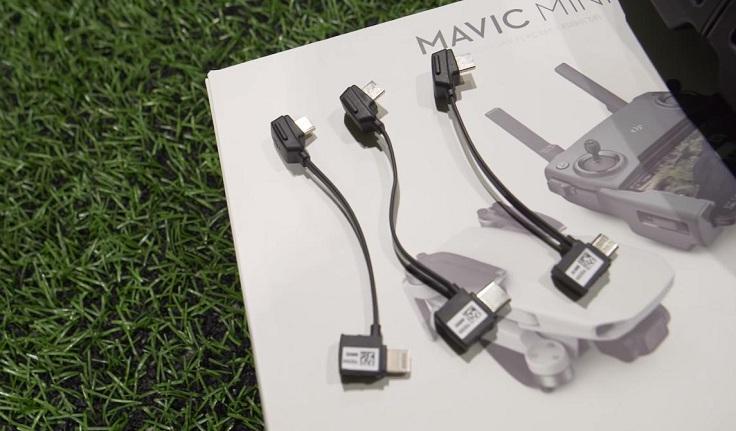 В комплекте с пультом есть три мини-кабеля, переходники и т.д.