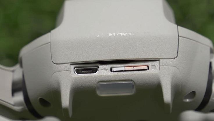 Порт зарядки и слот для карты памяти почему-то не прикрыты ничем
