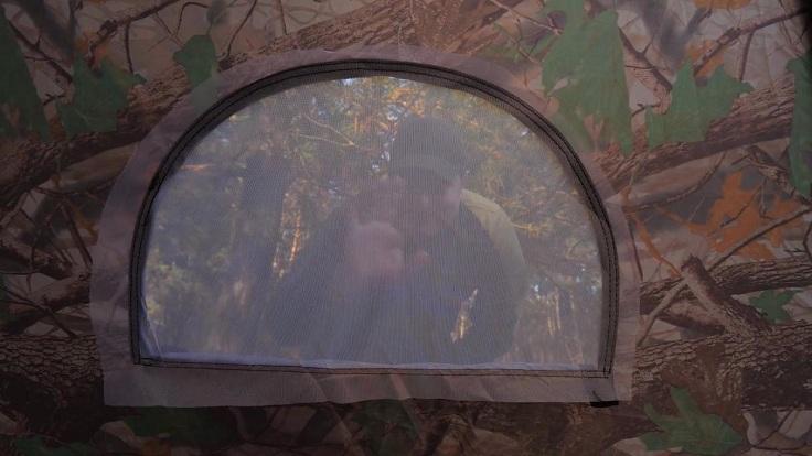 Вход и вентиляционное окно оснащены противомоскитной сеткой