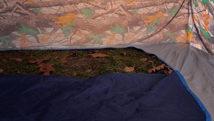 Клапан на дне палатки большой и позволяет насверлить лунок вдоволь
