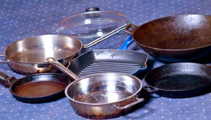 Кухонная утварь с застарелыми пятнами и пригоревшим жиром