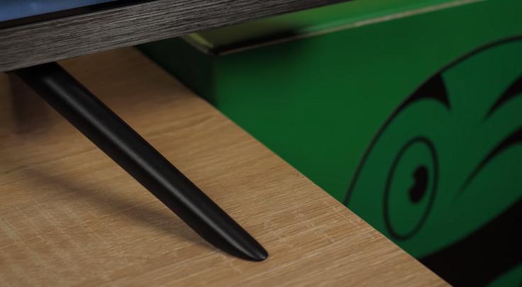 Стоит дисплей на паре вот таких ножек по краям корпуса