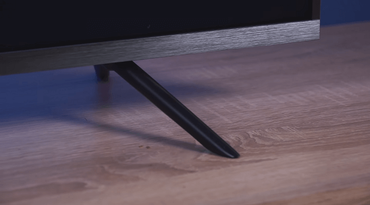 Hisense и Xiaomi – у обоих металлическая рамка и ножки
