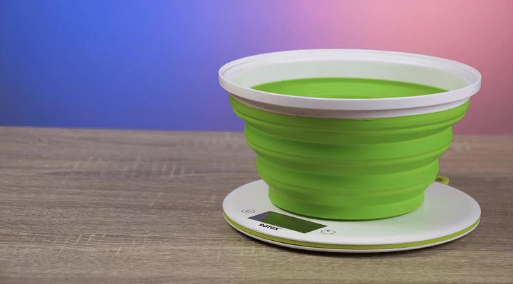 В чаше можно сразу замесить тесто или приготовить соус