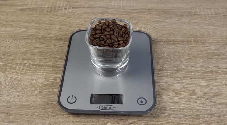 Весы будут показывать только вес содержимого мерной посуды