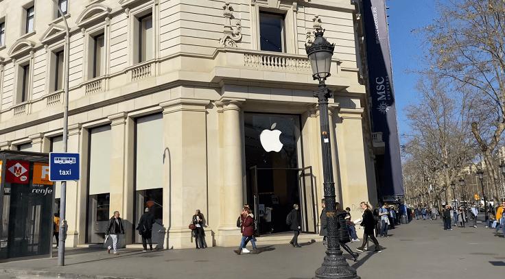 Apple Store - официальный магазин, полностью построенный по стандартам компании