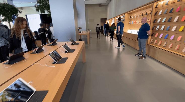 В Apple Store очень много консультантов.Не навязчивые, улыбаются, всегда помогут.