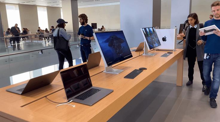 На втором этаже также представлена техника, в основном компьютеры Mac