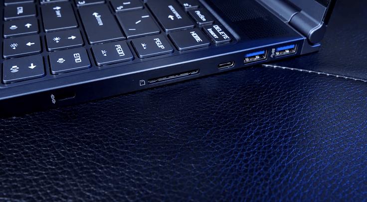 Два Type-C с обеих сторон прямо просят заряжать ноутбук через них
