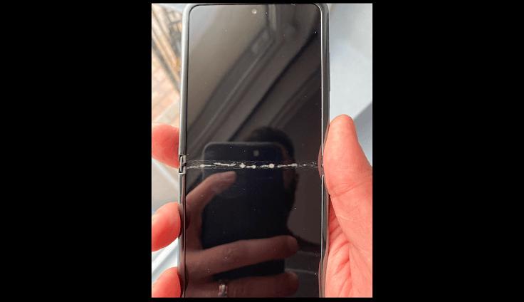 Распакованный смартфон при первом же открытии издал хрустящий звук и стал выглядеть вот так